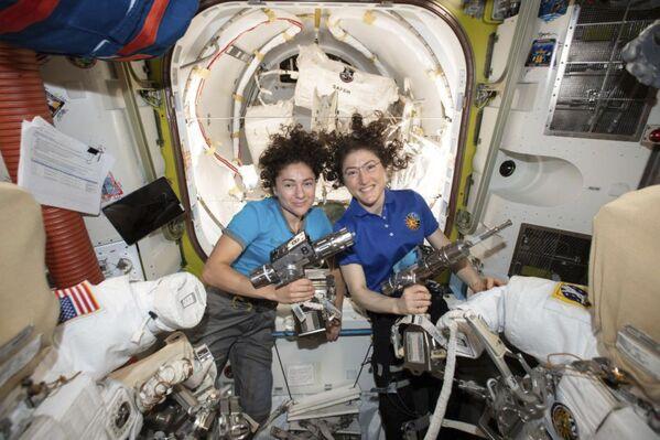 Astronautki Christina Koch i Jessica Meir na MSK  - Sputnik Polska