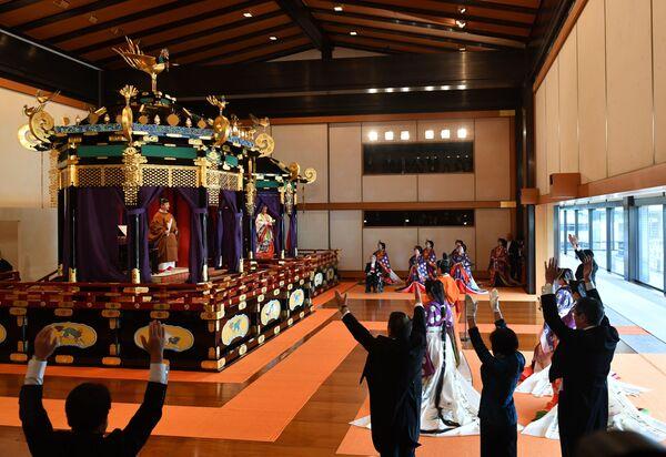 Japoński premier Shinzo Abe wzywa gości do oklasków dla cesarza Naruhito i cesarzowej Masako podczas ceremonii intronizacji w Tokio - Sputnik Polska