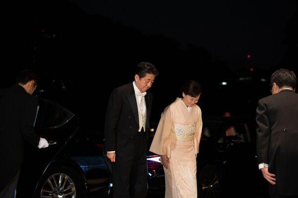 Japoński premier Shinzo Abe z żoną przybywają do Pałacu Cesarskiego na bankiet z okazji intronizacji cesarza Naruhito - Sputnik Polska