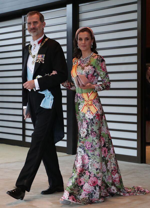 Król Hiszpanii Filip VI z żoną opuszczają Pałac Cesarski po bankiecie z okazji intronizacji cesarza Naruhito w Tokio - Sputnik Polska