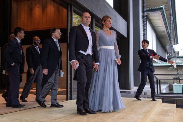Prezydent Bułgarii Rumen Radew z żoną opuszczają Pałac Carski po ceremonii intronizacji cesarza Naruhito w Tokio - Sputnik Polska
