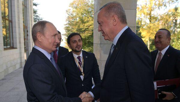 Prezydent Rosji Władimir Putin i prezydent Turcji Recep Tayyip Erdogan spotkali się w Soczi, by porozmawiać o sytuacji w Syrii - Sputnik Polska