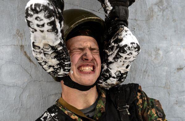 Żołnierz jednostki sił specjalnych dowództw regionalnych oddziałów wewnętrznych Ministerstwa Spraw Wewnętrznych Federacji Rosyjskiej podczas testów na prawo do noszenia kasztanowego beretu - Sputnik Polska