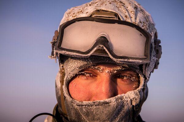 Wojownik oddziału sił specjalnych Ministerstwa Spraw Wewnętrznych Republiki Czeczeńskiej podczas ćwiczeń na biegunie północnym - Sputnik Polska