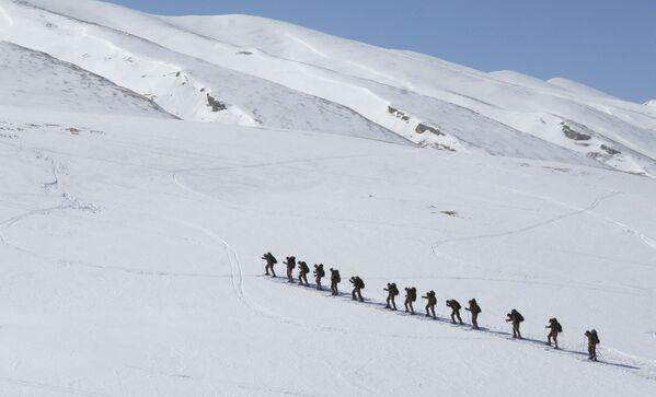 Kompania rozpoznawcza sił specjalnych 33. brygady strzelców zmotoryzowanych podczas treningu narciarskiego w górach Dagestanu - Sputnik Polska