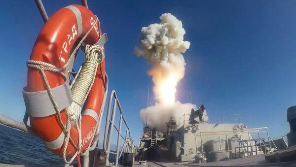 Start pocisku manewrującego Kaliber ze statku nawodnego w akwenie Morza Barenta i Morza Kaspijskiego  - Sputnik Polska