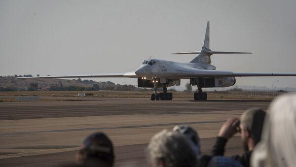 Jeden z dwóch rosyjskich bombowców Tu-160 w bazie lotniczej Waterkloof w RPA - Sputnik Polska