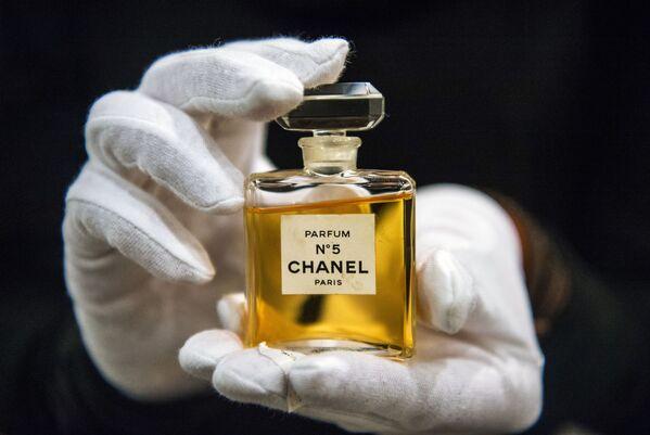 """Flakonik perfum Chanel № 5 na wystawie """"I love Chanel. Kolekcie prywatne"""" w Muzeum Mody w Moskwie - Sputnik Polska"""