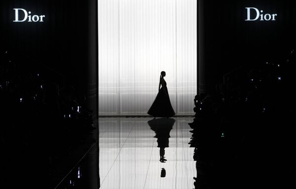 Modelka na pokazie Dior podczas Paris Fashion Week - Sputnik Polska