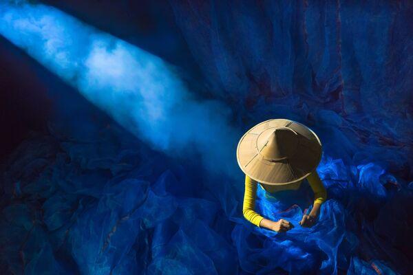 """Zdjęcie """"Power of light"""". Wykonał je fotograf z Birmy w ramach konkursu fotograficznego World's Best Photos of #Blue2019 - Sputnik Polska"""