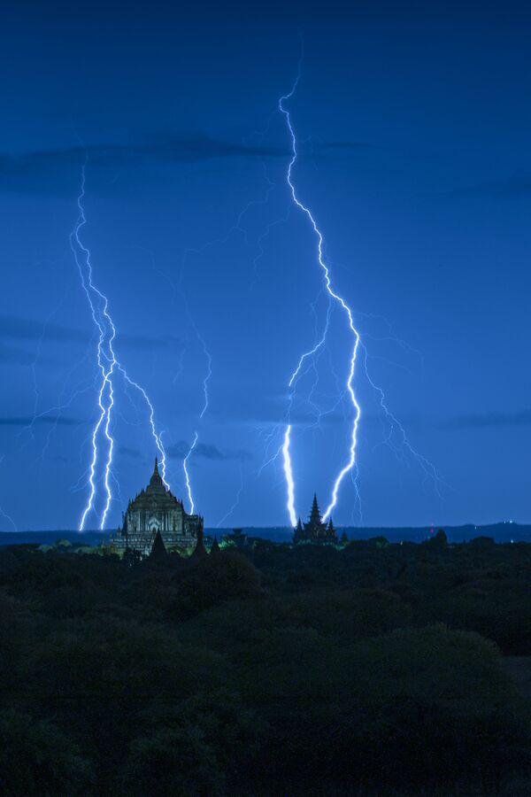 """Zdjęcie """"Blue hour with lightning"""". Wykonał je fotograf z Birmy Naing Tun Win - Sputnik Polska"""
