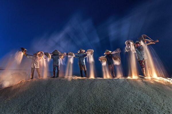"""Zdjęcie """"Harvest salt in the night"""" w ramach konkursu fotograficznego World's Best Photos of #Blue2019 - Sputnik Polska"""