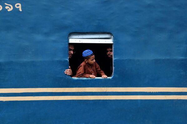 """Zdjęcie """"Window of a train"""". Wykonał je fotograf z Bangladeszu w ramach konkursu fotograficznego World's Best Photos of #Blue2019 - Sputnik Polska"""