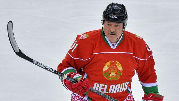 Aleksander Łukaszenka podczas meczu w hokeja - Sputnik Polska