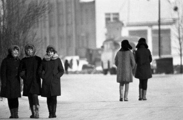 Spacer po zimowym Magadanie, który znajduje się w azjatyckiej części Rosji, 1970 rok  - Sputnik Polska