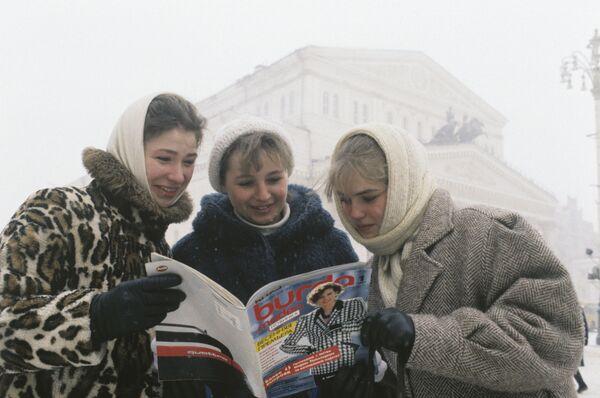 Moskwianie z pierwszym numerem magazynu Burda w języku rosyjskim, 1987 rok  - Sputnik Polska