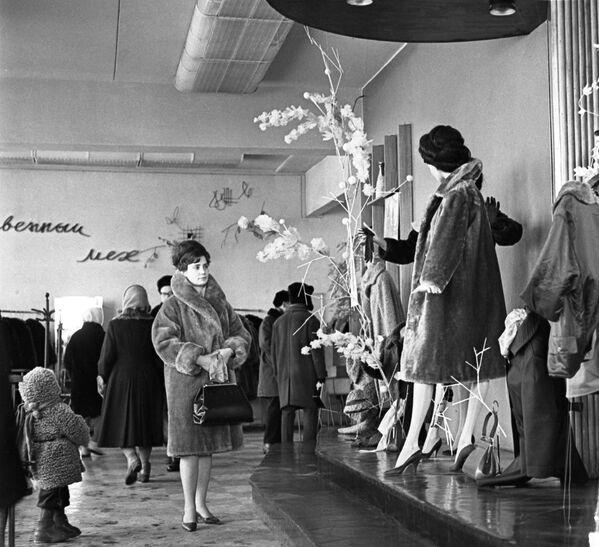 В магазине Синтетика в Москве, 1965 год - Sputnik Polska
