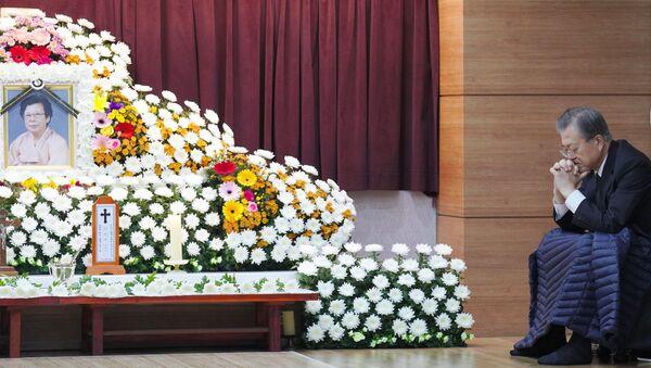 Prezydent Korei Południowej Mun Jae-in obok ołtarza pogrzebowego swojej matki Kang Han-ok - Sputnik Polska