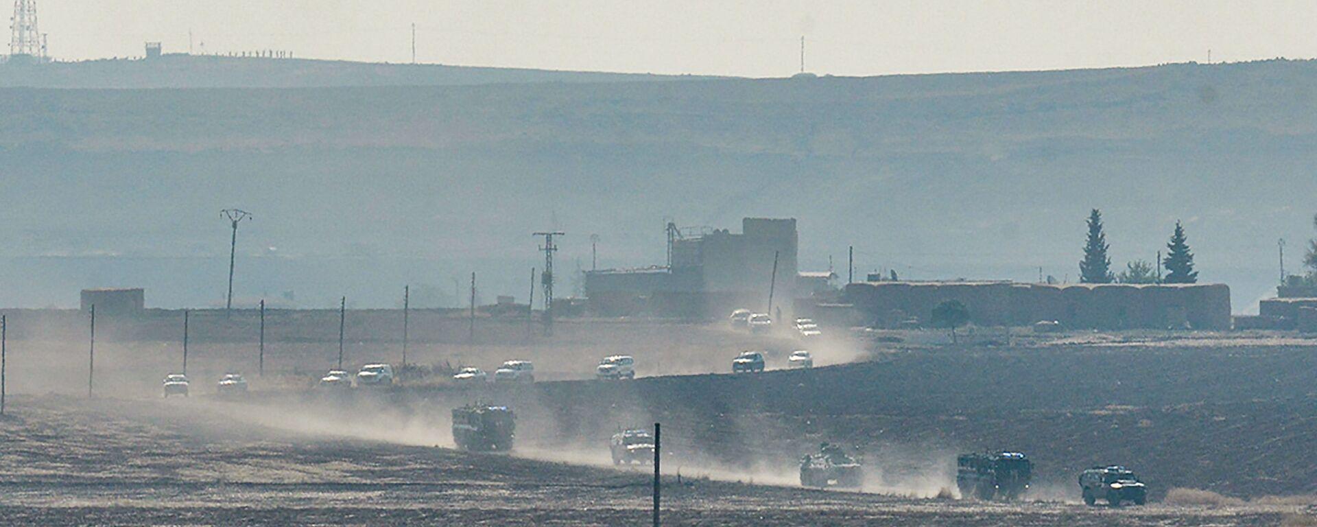 Tureckie i rosyjskie pojazdy patrolowe w pobliżu tureckiego miasta granicznego Kyzyltepe w prowincji Mardin, Turcja - Sputnik Polska, 1920, 01.11.2019