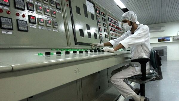 Irański technik w czasie pracy w zakładzie wzbogacania uranu  - Sputnik Polska
