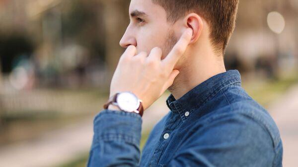 Mężczyzna ze słuchawkami bezprzewodowymi w uszach - Sputnik Polska