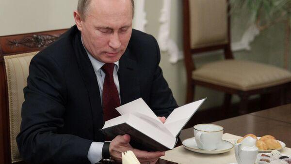 Putin z książką - Sputnik Polska