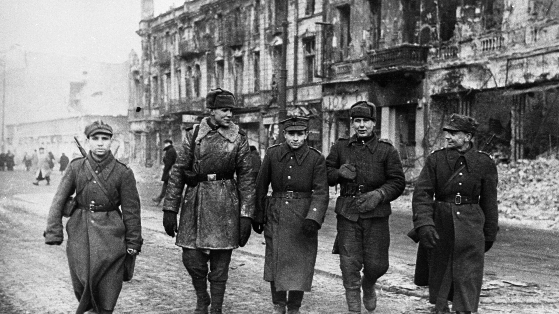 Żołnierze Armii Czerwonej i Wojska Polskiego na ulicach miasta, 1945 rok - Sputnik Polska, 1920, 17.09.2021