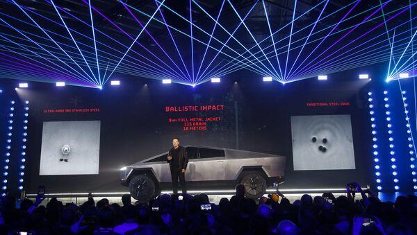 Założyciel Tesli Elon Musk podczas prezentacji elektrycznego pikapa Cybertruck w Los Angeles w Kalifornii - Sputnik Polska