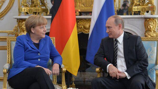 Kanclerz Niemiec Angela Merkel i prezydent Rosji Władimir Putin na spotkaniu normandzkiej czwórki w Paryżu. - Sputnik Polska