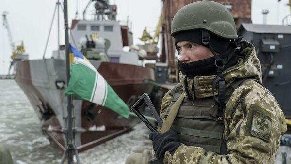 Ukraiński wojskowy na pokładzie okrętu patrolowego w porcie Mariupol - Sputnik Polska