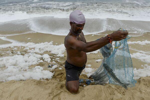 Plaża Marina w Indiach, wypełniona pienistą substancją wzdłuż całego wybrzeża - Sputnik Polska