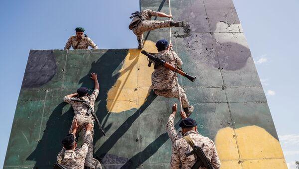Irańscy żołnierze pokonują tor przeszkód. Zdjęcie archiwalne. - Sputnik Polska