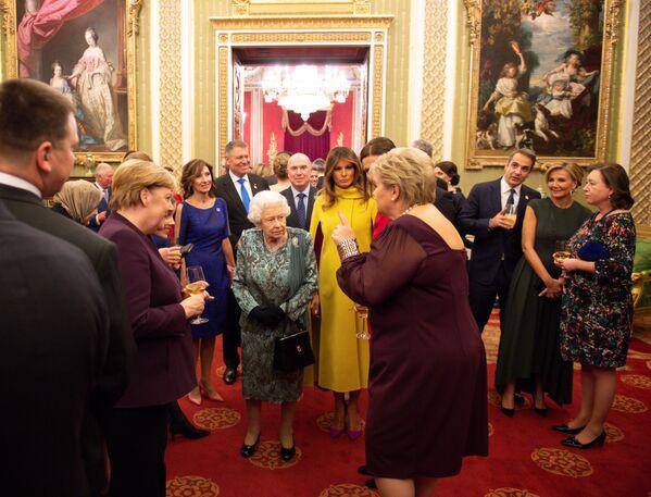 Kanclerz Niemiec Angela Merkel i Melania Trump podczas spotkania z królową Wielkiej Brytanii Elżbietą II w Pałacu Buckingham - Sputnik Polska