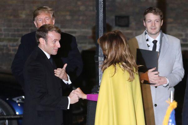 Melania Trump rozmawia z prezydentem Francji w Londynie przed rozpoczęciem jubileuszowego szczytu NATO  - Sputnik Polska