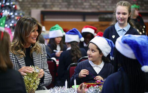 Melania Trump przygotowuje z dziećmi świąteczne ozdoby w Londynie  - Sputnik Polska
