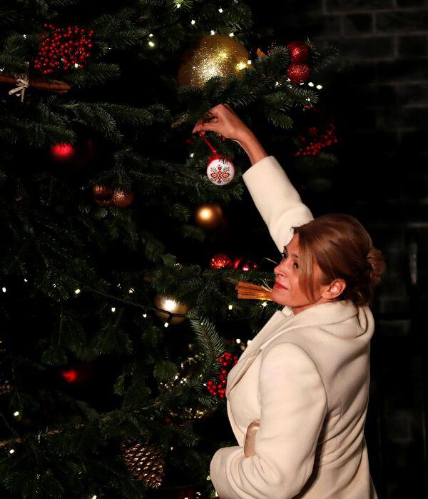 Żona prezydenta Bułgarii wiesza bombkę na choince w Londynie  - Sputnik Polska