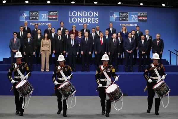 Zdjęcie grupowe liderów NATO podczas jubileuszowego szczytu w Londynie  - Sputnik Polska
