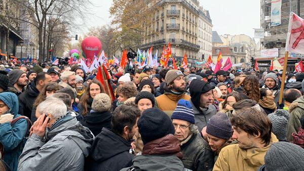 Uczestnicy akcji protestu przeciwko reformie emerytalnej w Paryżu - Sputnik Polska