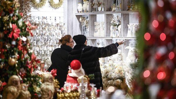Zwiedzające oglądają prezenty noworoczne i pamiątki w Ogólnorosyjskim Centrum Wystawowym w Moskwie - Sputnik Polska