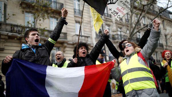 Uczestnicy demonstracji przeciwko reformie emerytalnej w Paryżu  - Sputnik Polska