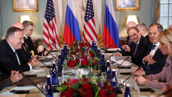 Sekretarz stanu USA Mike Pompeo i minister spraw zagranicznych Rosji Siergiej Ławrow w czasie rozmów w Departamencie Stanu USA - Sputnik Polska