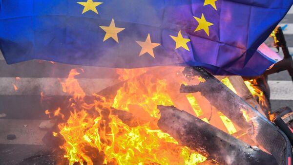 Flaga UE podczas protestów w Paryżu - Sputnik Polska