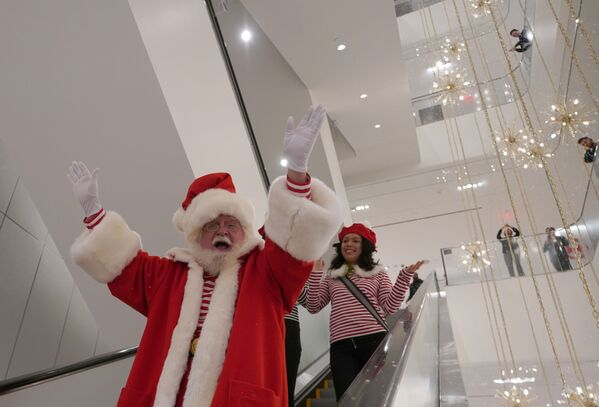 Św. Mikołaj na ruchomych schodach w centrum handlowym Nordstrom w Nowym Jorku - Sputnik Polska