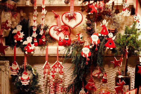 Dekoracje w oknie wystawowym na jarmarku bożonarodzeniowym na placu Gendarmenmarkt w Berlinie - Sputnik Polska