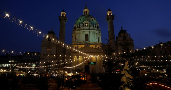 Jarmark bożonarodzeniowy przed Kościołem św. Karola Boromeusza w Wiedniu - Sputnik Polska