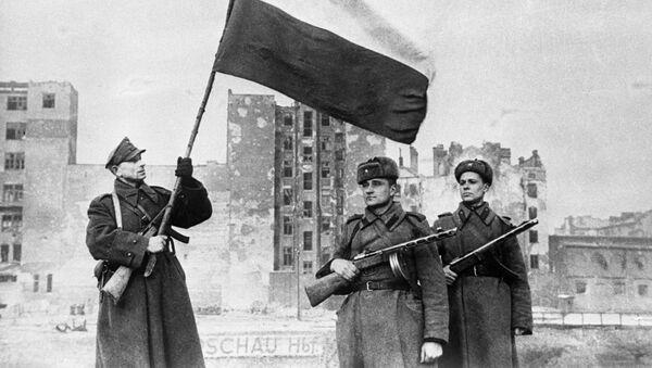 Варшавско-Познанская наступательная операция частей Красной Армии и Войска Польского .14—17 января 1945 г.  Над Варшавой взвился польский национальный флаг. - Sputnik Polska