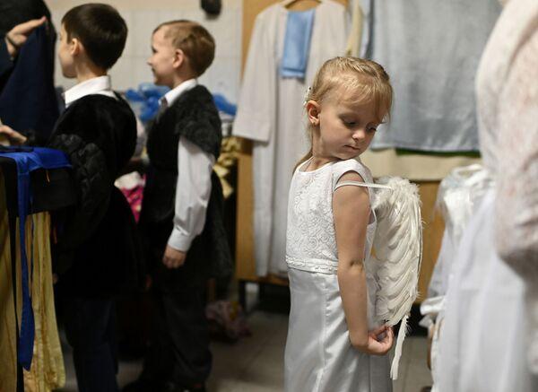 Dzieci przygotowują się do przedstawienia z okazji świąt Bożego Narodzenia w Omsku  - Sputnik Polska