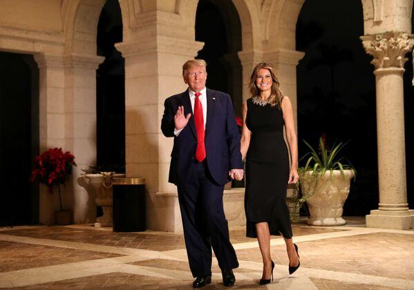 Amerykański prezydent z żoną podczas świątecznego przyjęcia w Palm Beach  - Sputnik Polska