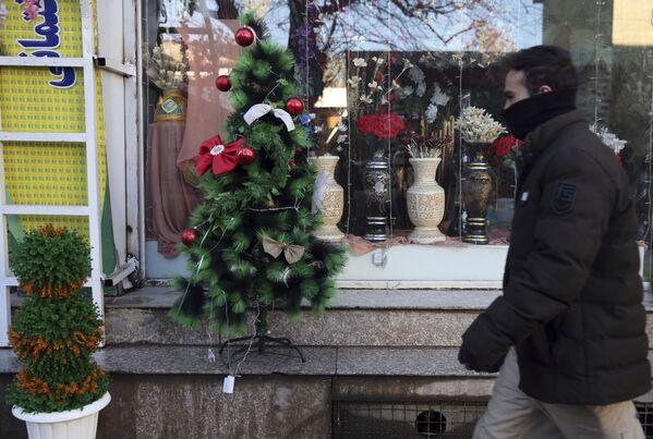 Choinka przed witryną sklepową w Kabulu  - Sputnik Polska