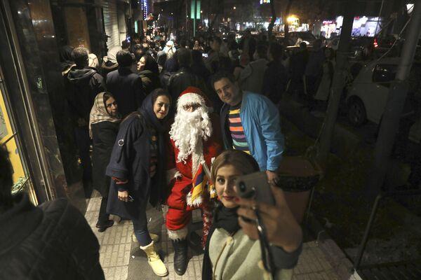 Mieszkańcy Teheranu fotografują się z Mikołajem  - Sputnik Polska